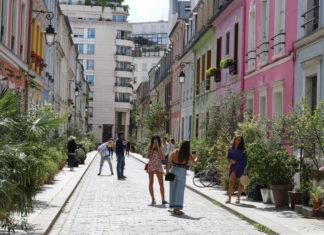 Uliczka z pastelowymi domkami w Paryżu