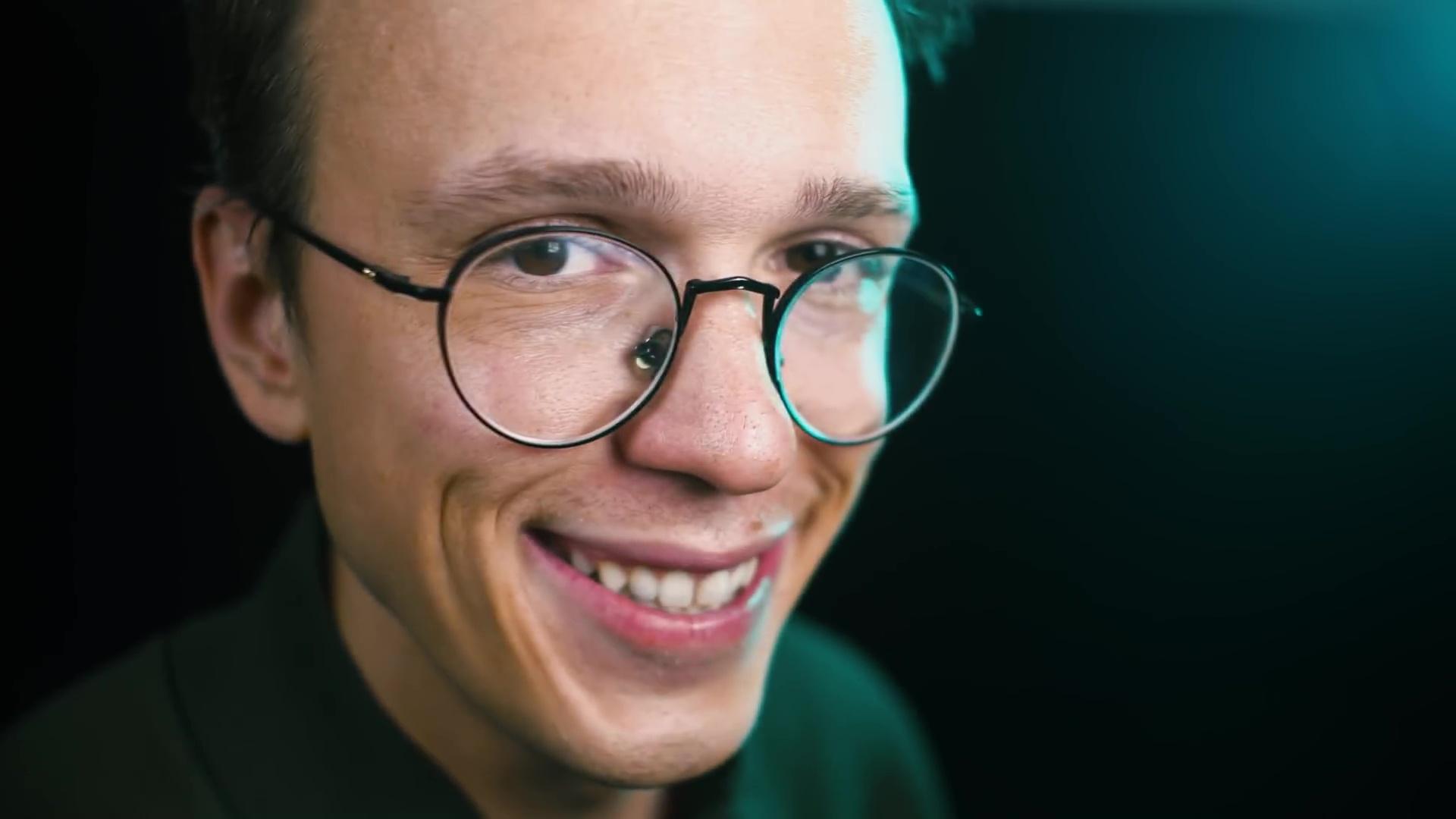 Portret modego usmiechnietego mezczyzny w okularach