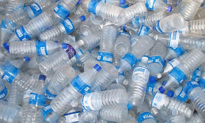 Sterta plastikowych butelek po wodzie