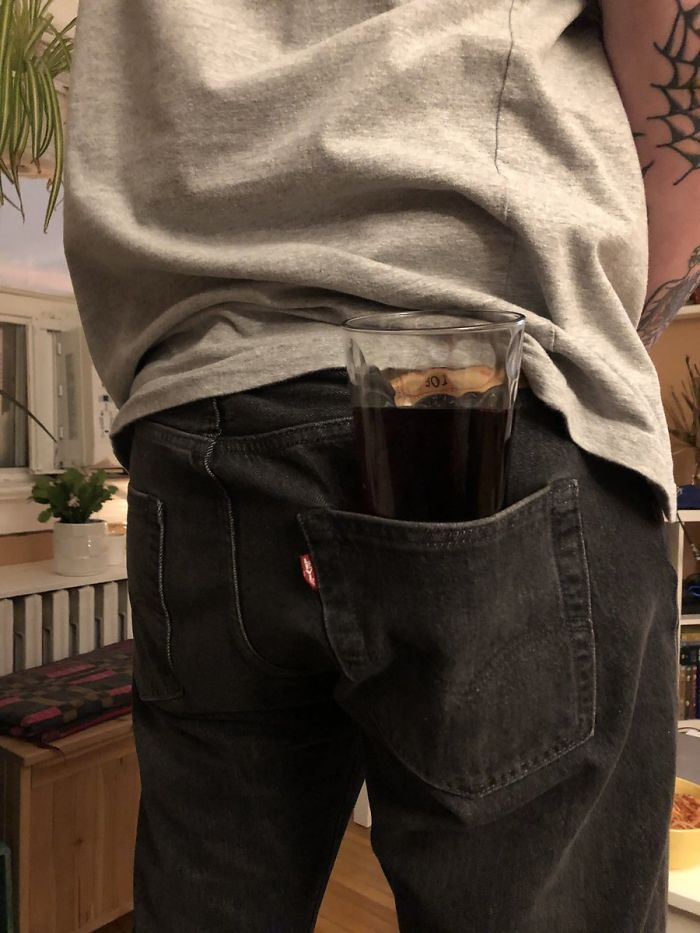 Kubek w spodniach
