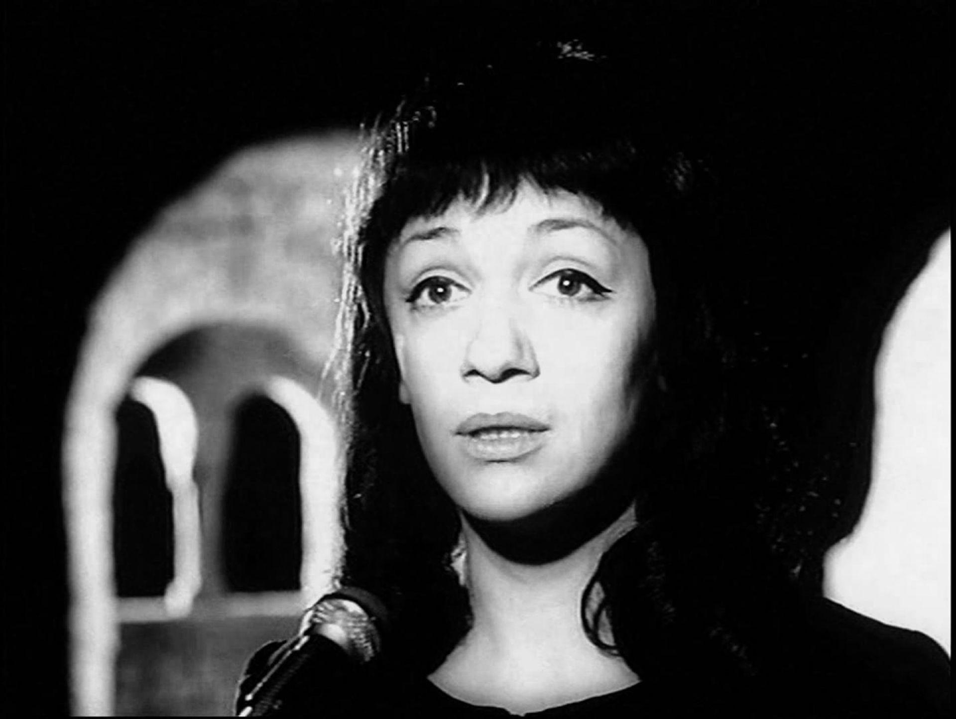 Na zdjeciu widzimy czarno bialy portret mlodej kobiety