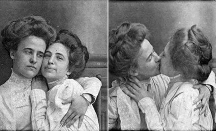 Czarno-białe zdjęcie dwóch całujących się kobiet