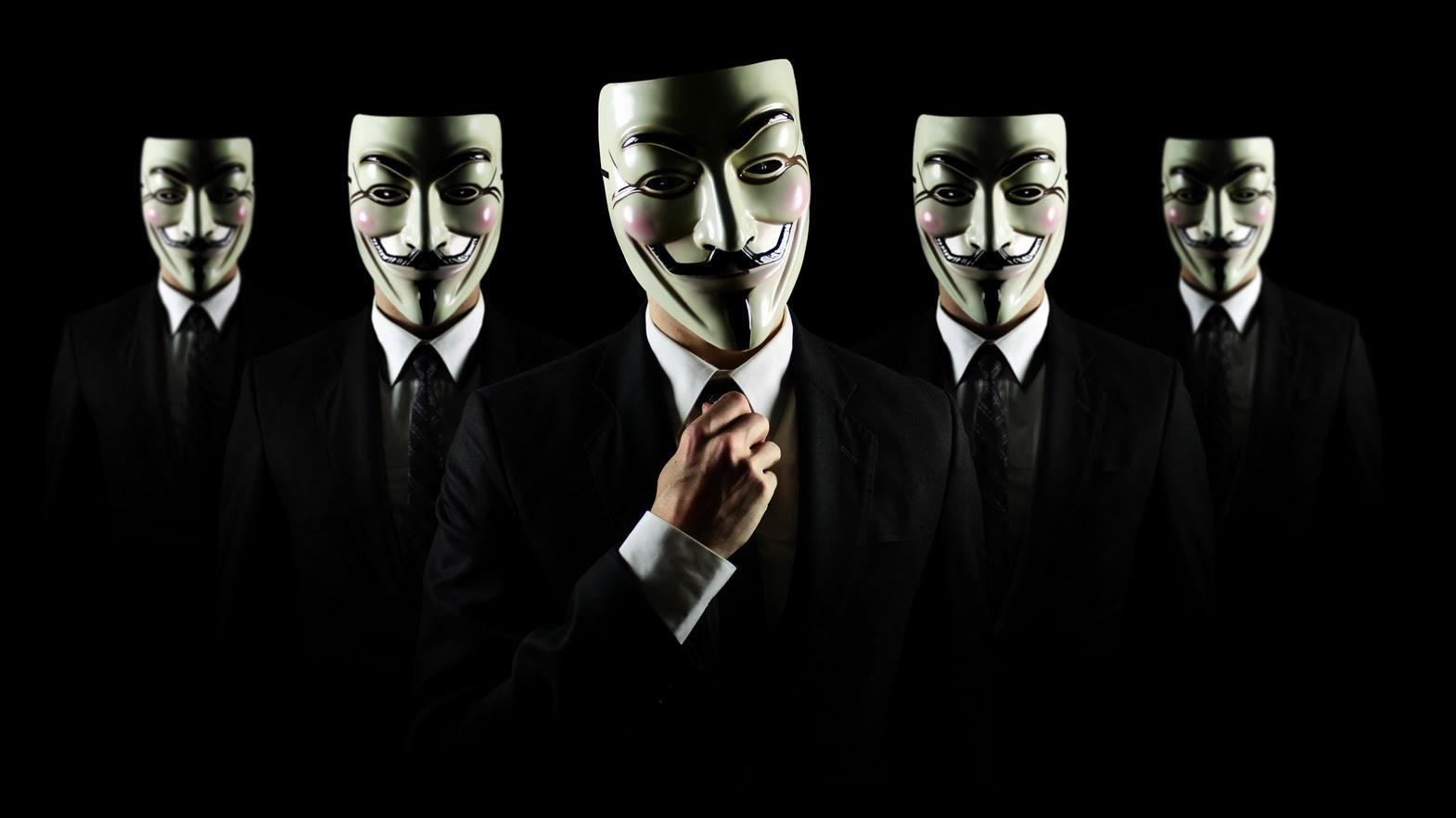 Zdjecie pieciu mezczyzn ubranych w czarne garnitury z bialymi maskami na twarzy