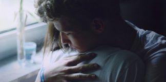 Przytulająca się para