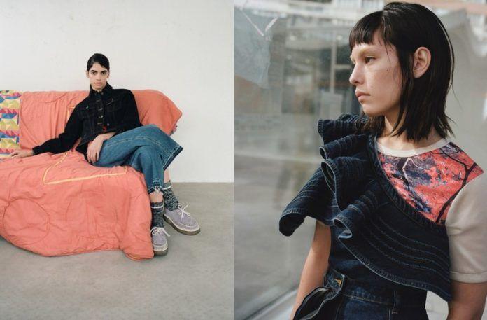 Kobieta siedząca w fotelu i kobieta stojąca przy szybie