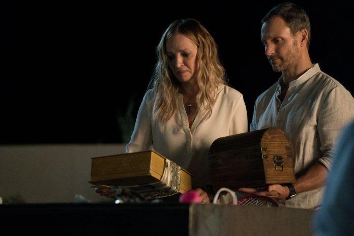 Kobieta i mężćzyzna trzyamjący pudełka w dłoniach