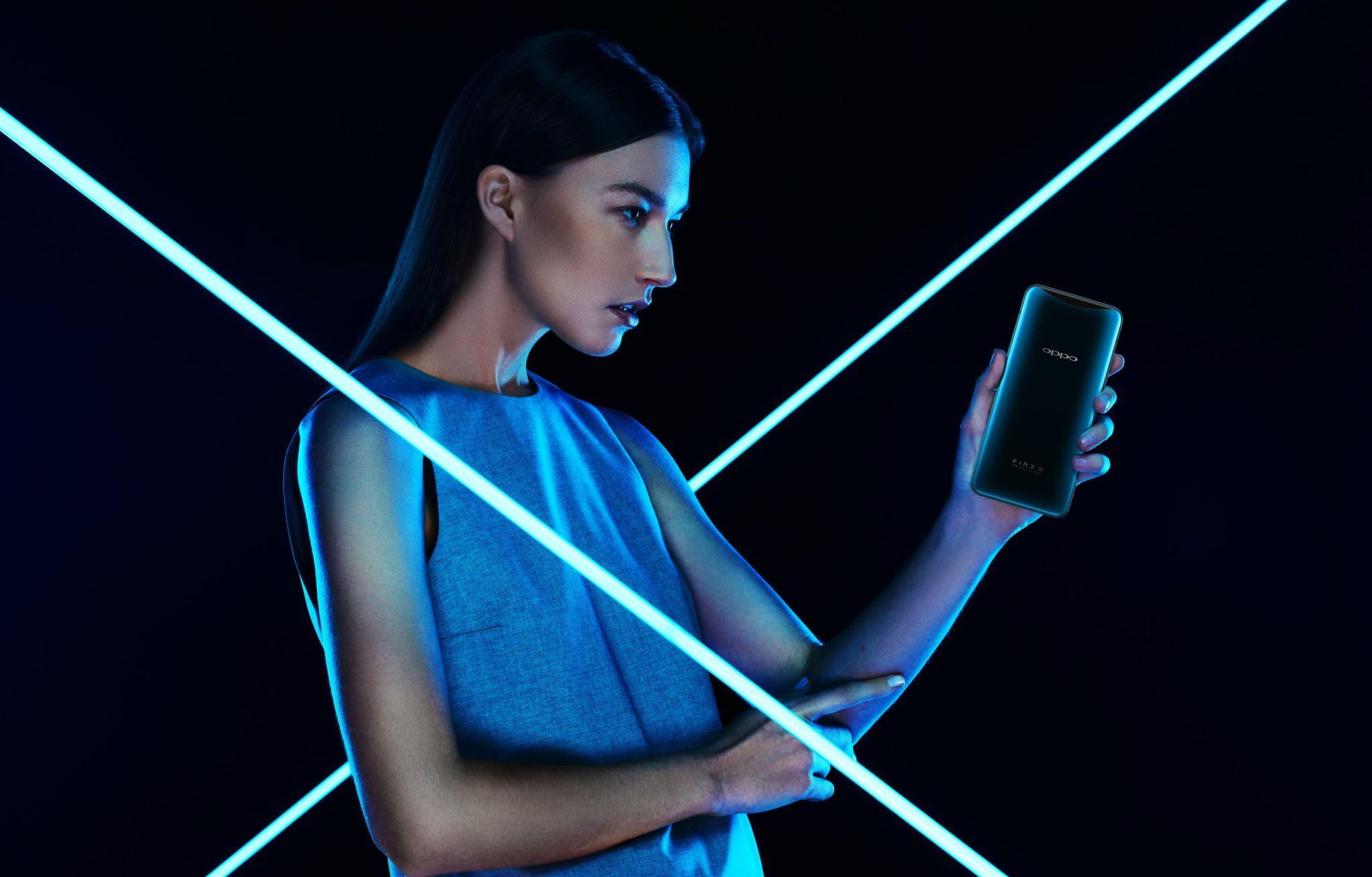 Dziewczyna trzymająca w dłoni telefon na ciemnym tle