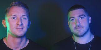 Dwóch mężczyzn na ciemnym tle