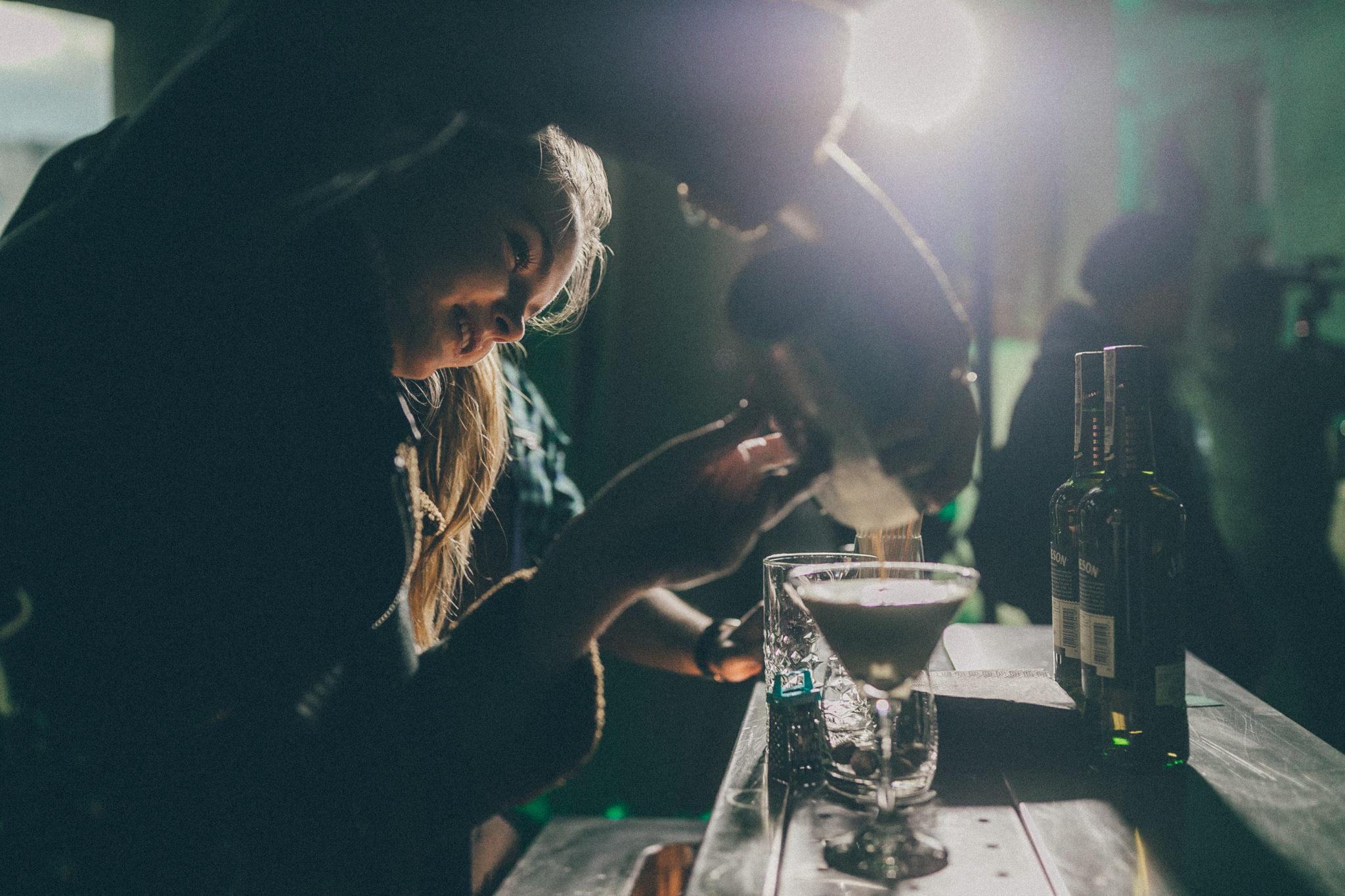Dziewczyna przygotowująca drinka