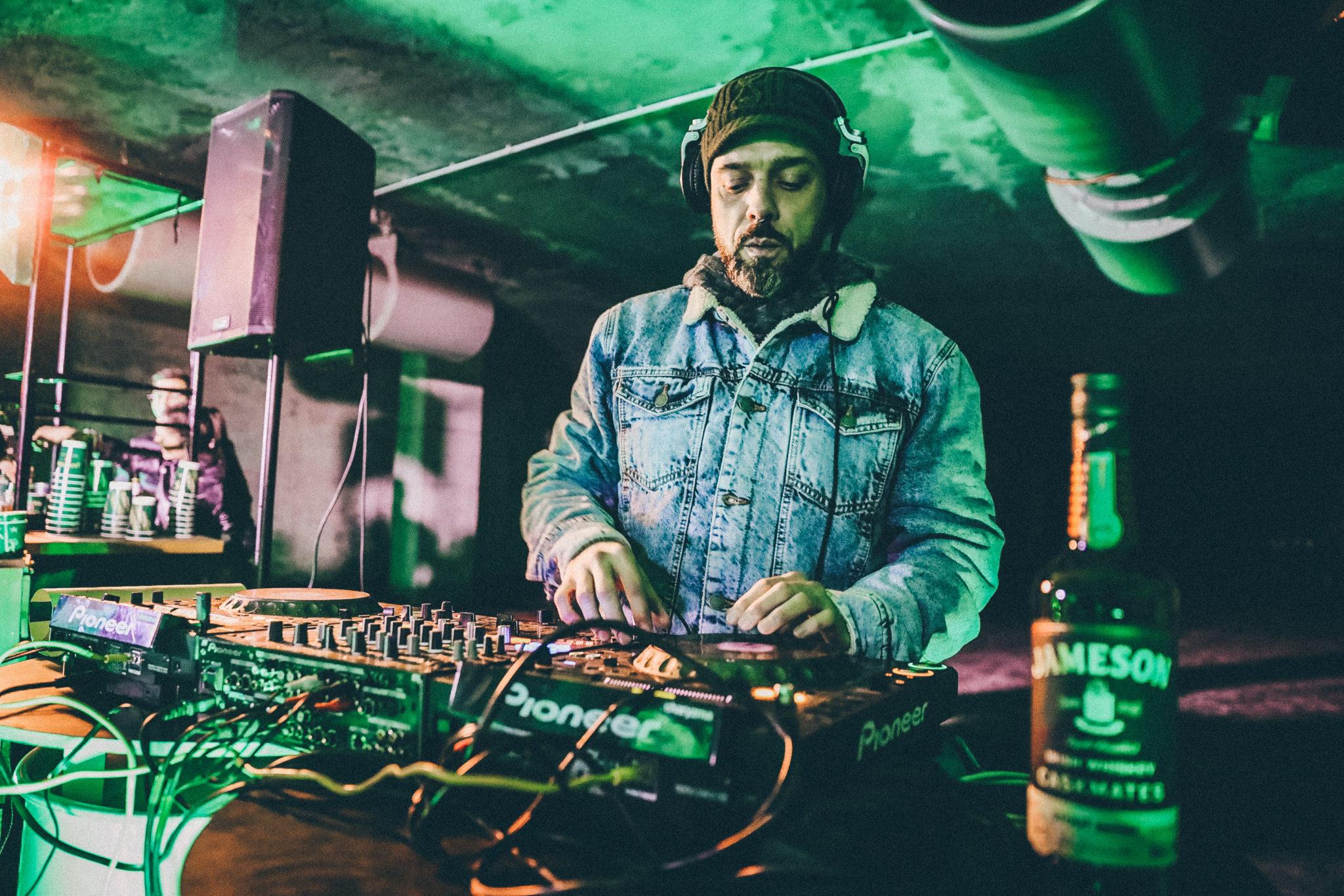 DJ przy konsolecie