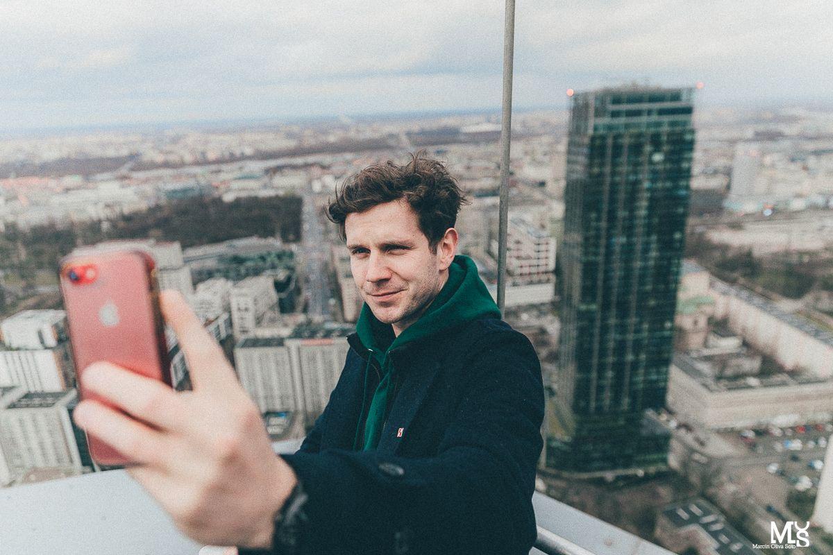 Chłopak robiący sobie selfie na dachu
