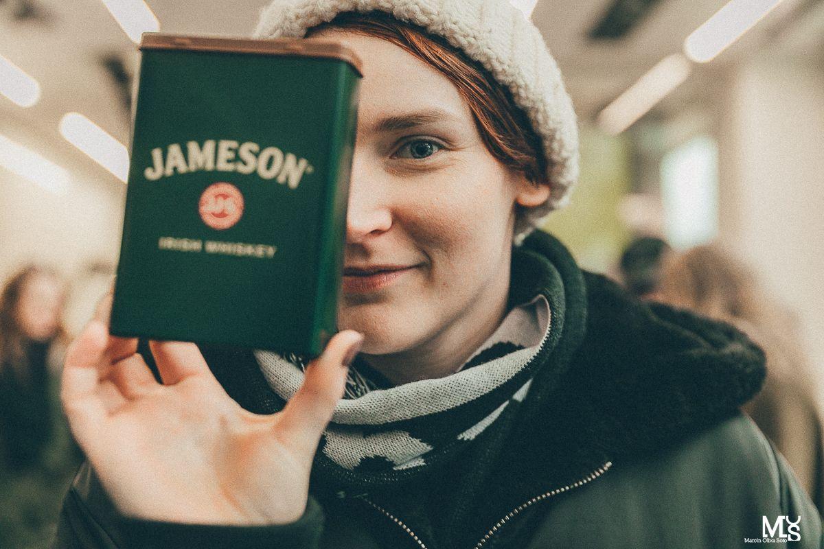 Dziewczyna pozująca z puszką Jameson