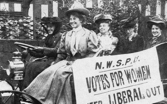 czarno-białe zdjęcie feministki siedzącej na wozie