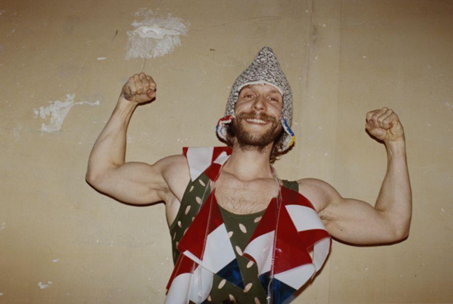 Portret mezczyzny w dziwnym kostiumie ktory prezy muskuly