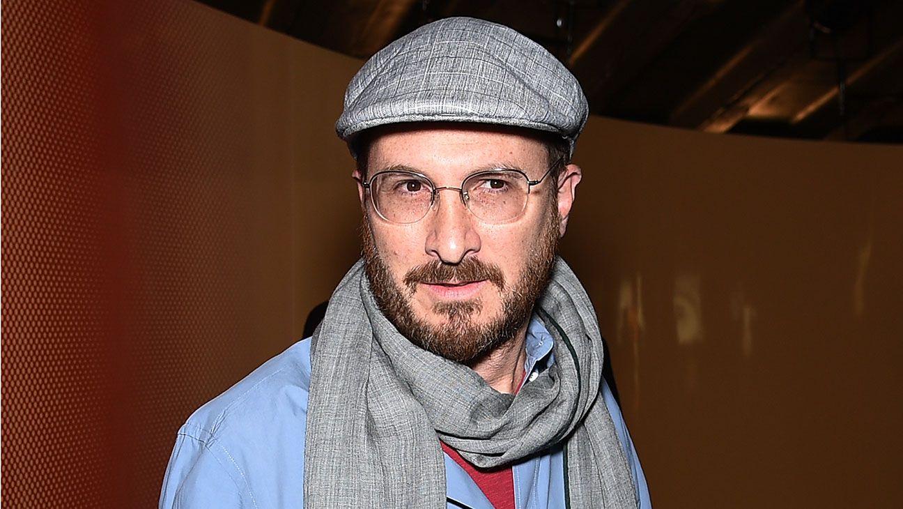 Portret mezczyzny w srednim wieku w okularach szalu i kaszkiecie