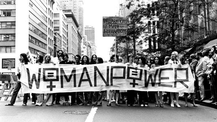 Czarno-białe zdjęcie protestujących kobiet