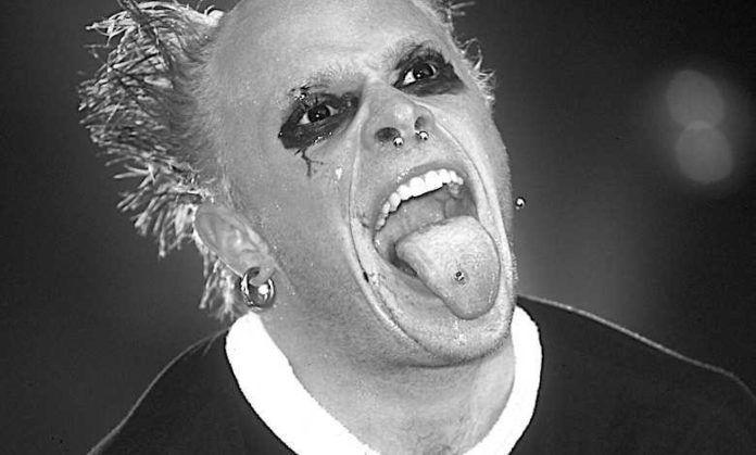 Mężczyzna w makijażu z wyciągniętym językiem