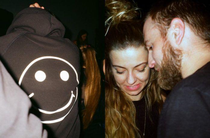 Postać w bluzie z uśmiechniętą buźką i tańcząca para