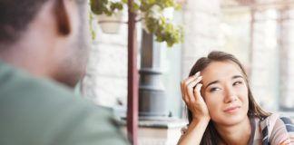 Dziewczyna patrząca ze zniesmaczeniem na chłopaka