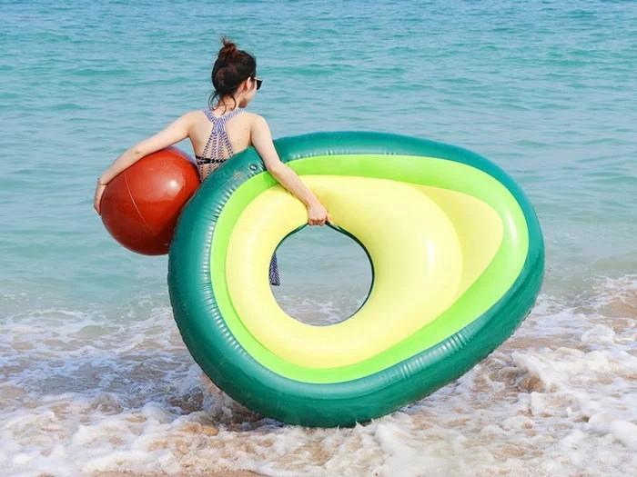 ponton w kształcie awokado trzymany przez dziewczynę