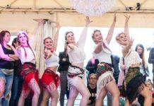 Pięć dziewczyn w słowiańskich kostiumach