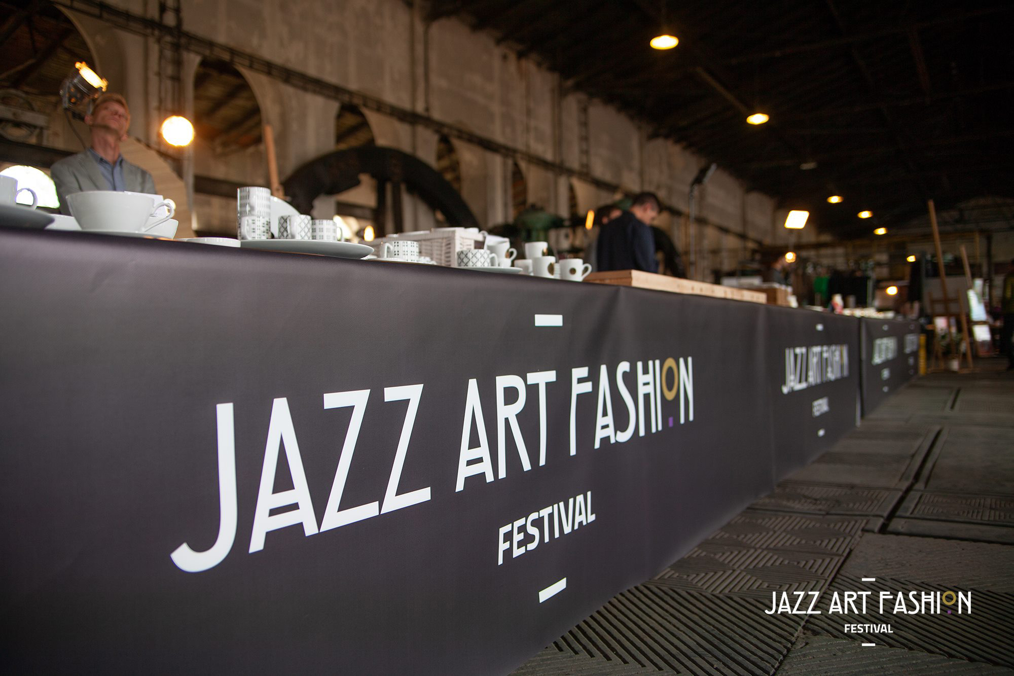 Stół z napisem Jazz Art Fashion Festival
