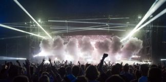 Scena muzyczna z tłumem ludzi