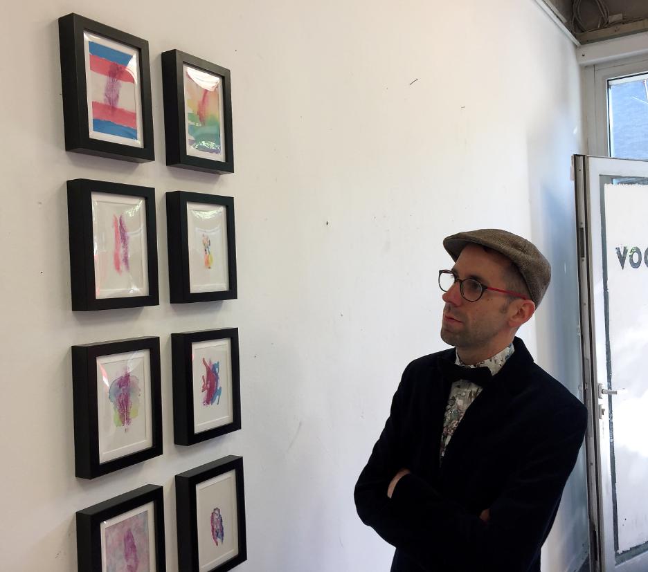 Mężczyzna stojący przy obrazach