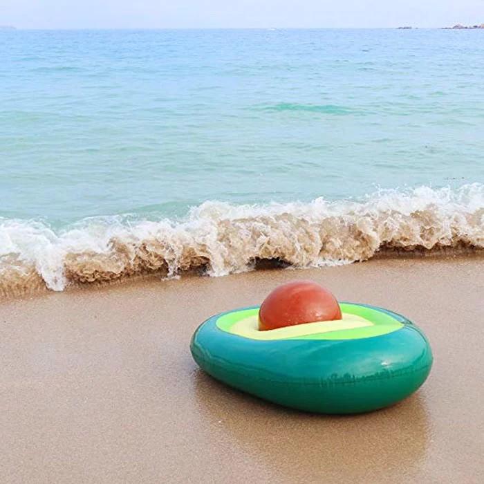 ponton w kształcie awokado nad brzegiem morza