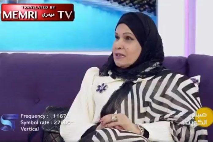 Kobieta w chuście na glowie siedząca na kanapie