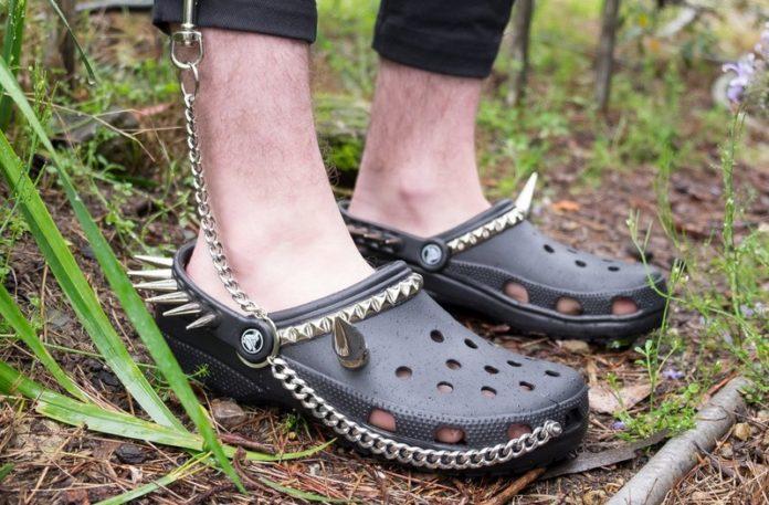 Buty typu Crocs z ćwiekami i łańcuchem