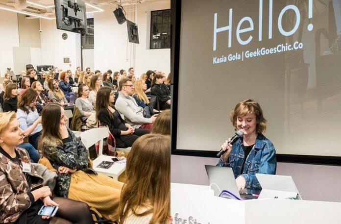 Sala pełna ludzi i dziewczyna z mikrofonem na tle napisu Hello