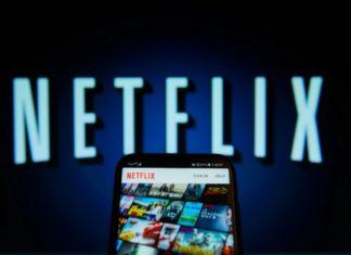 Ekran z napisem Netflix i telefon z otwartą aplikacją netflix
