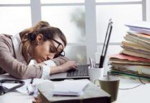 Dziewczyna usypiająca nad komputerem