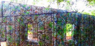 Dom z plastikowych butelek