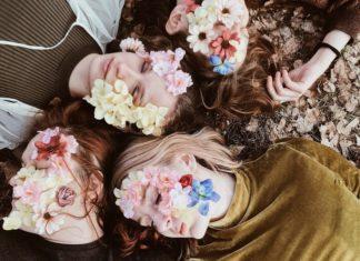 cztery dziewczyny z kwiatami na twarzy