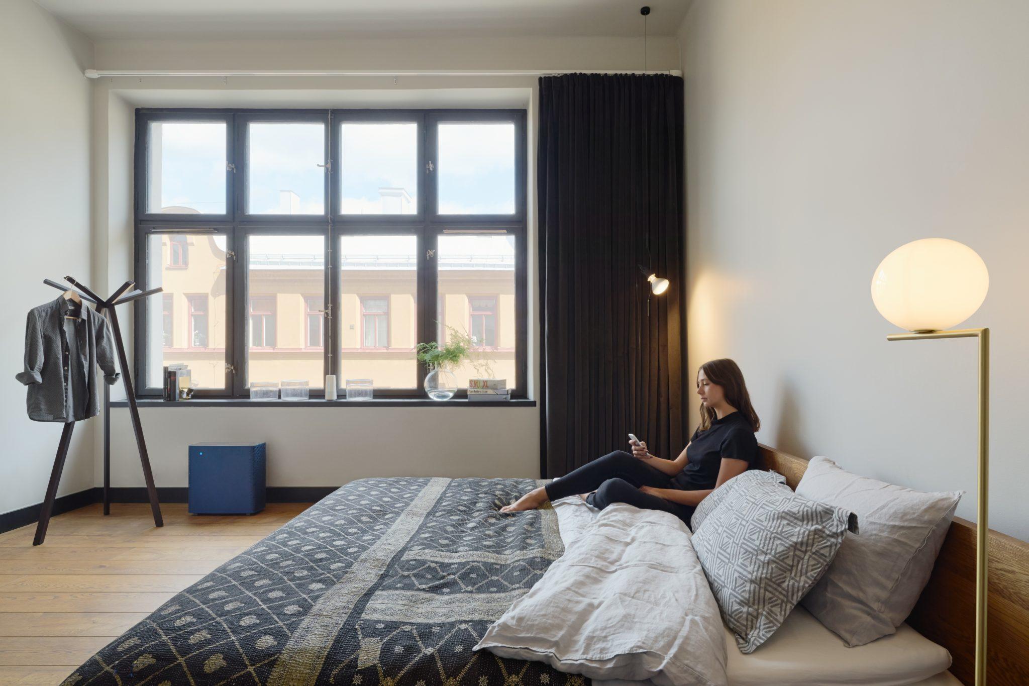 Kobieta siedząca na łóżku
