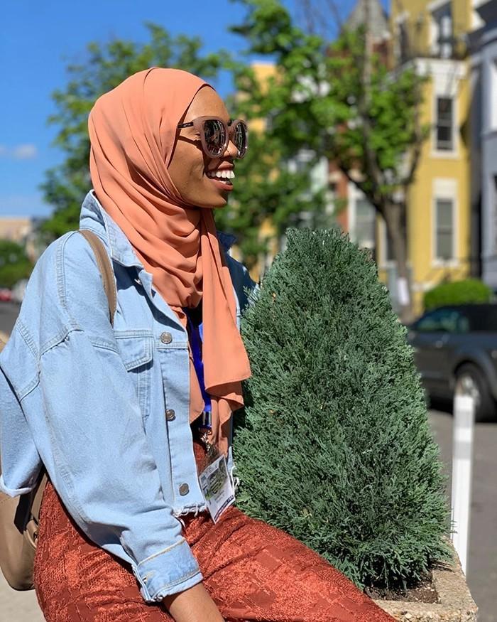 Dwa zdjęcia uśmiechniętej muzułmanki na tle prostetu