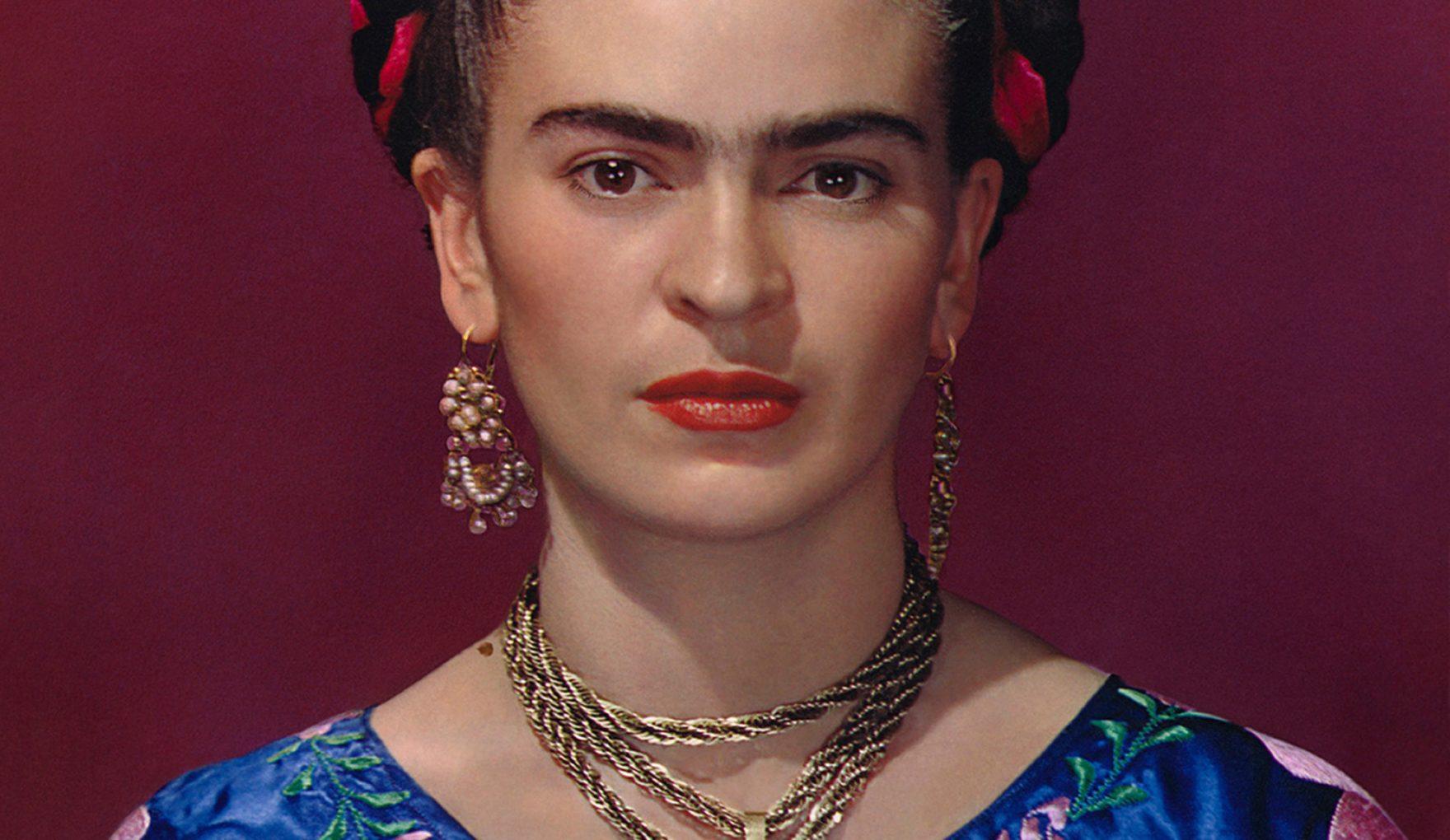 Portret kobiety na czerwonym tle