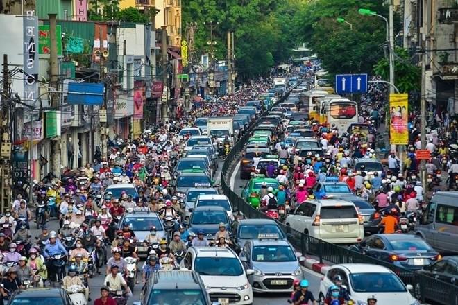 Ulica pełna samochodów i rowerzystów