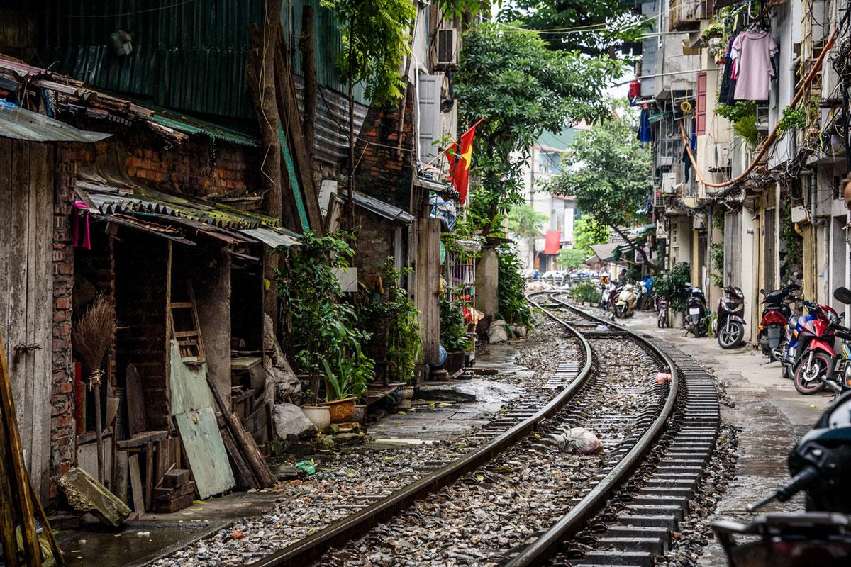 Tory kolejowe w wąskiej uliczce
