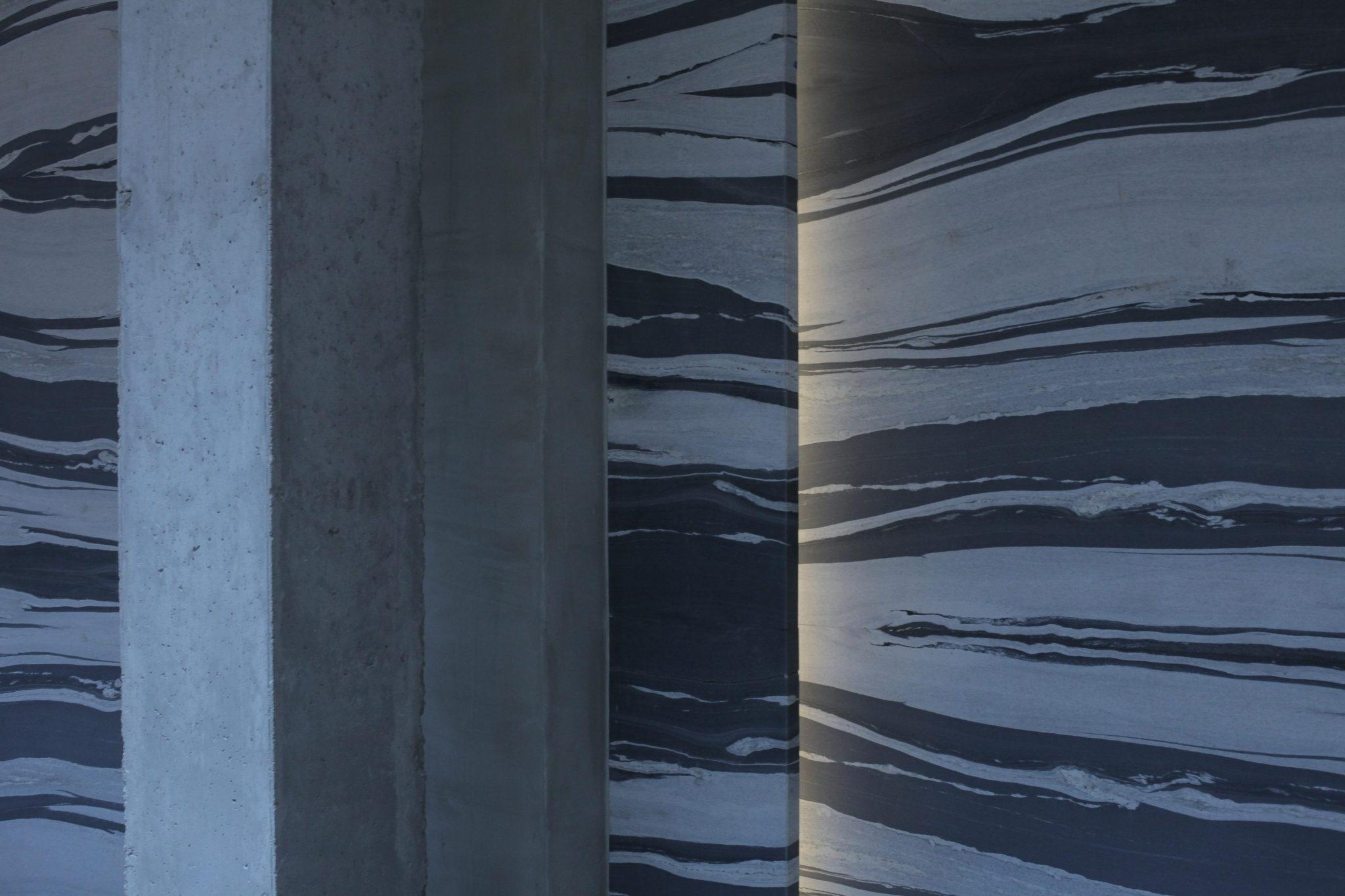Betonowy filar i ściana w prążki