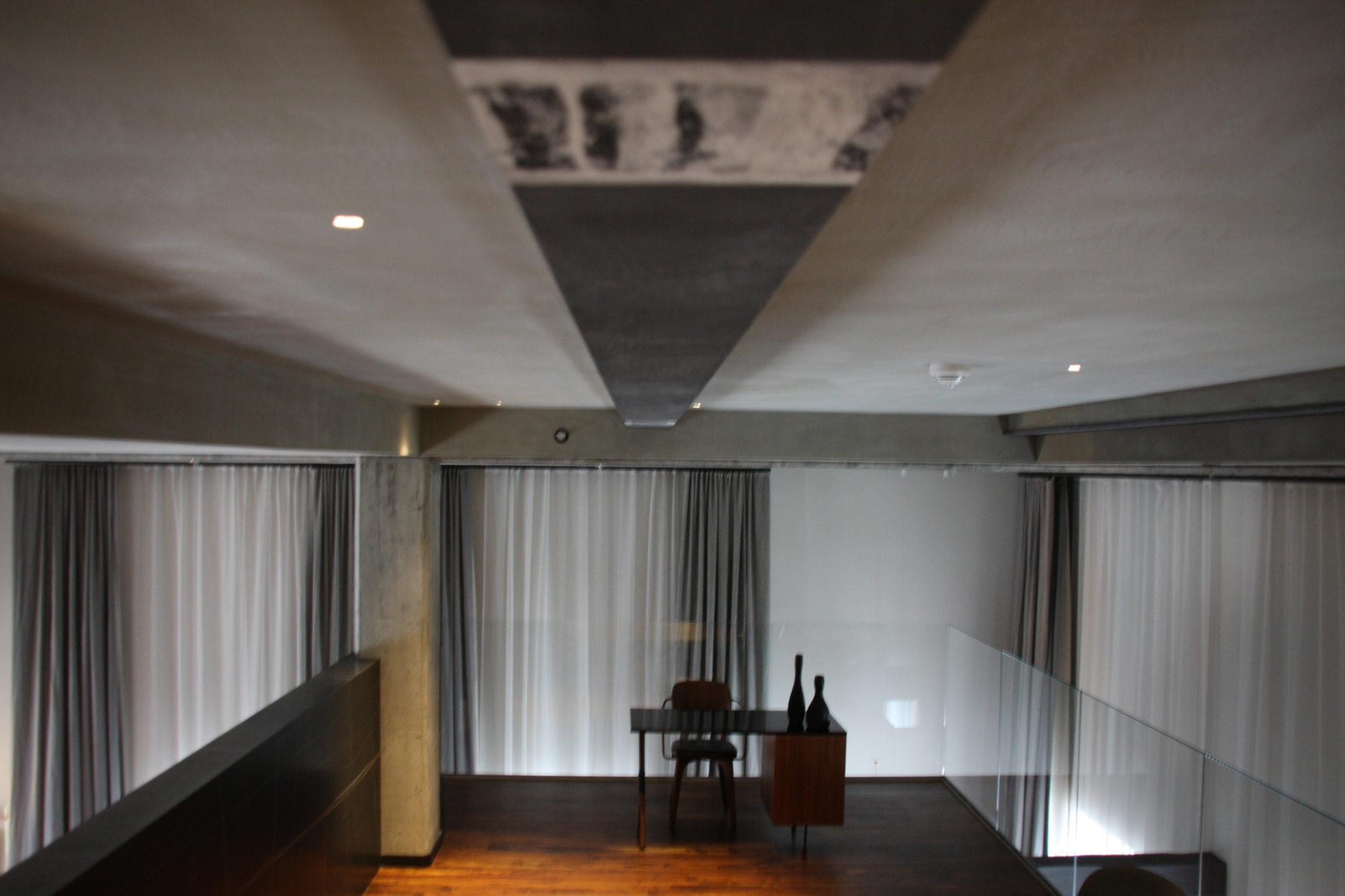 Widok na wnętrze antresoli pokoju