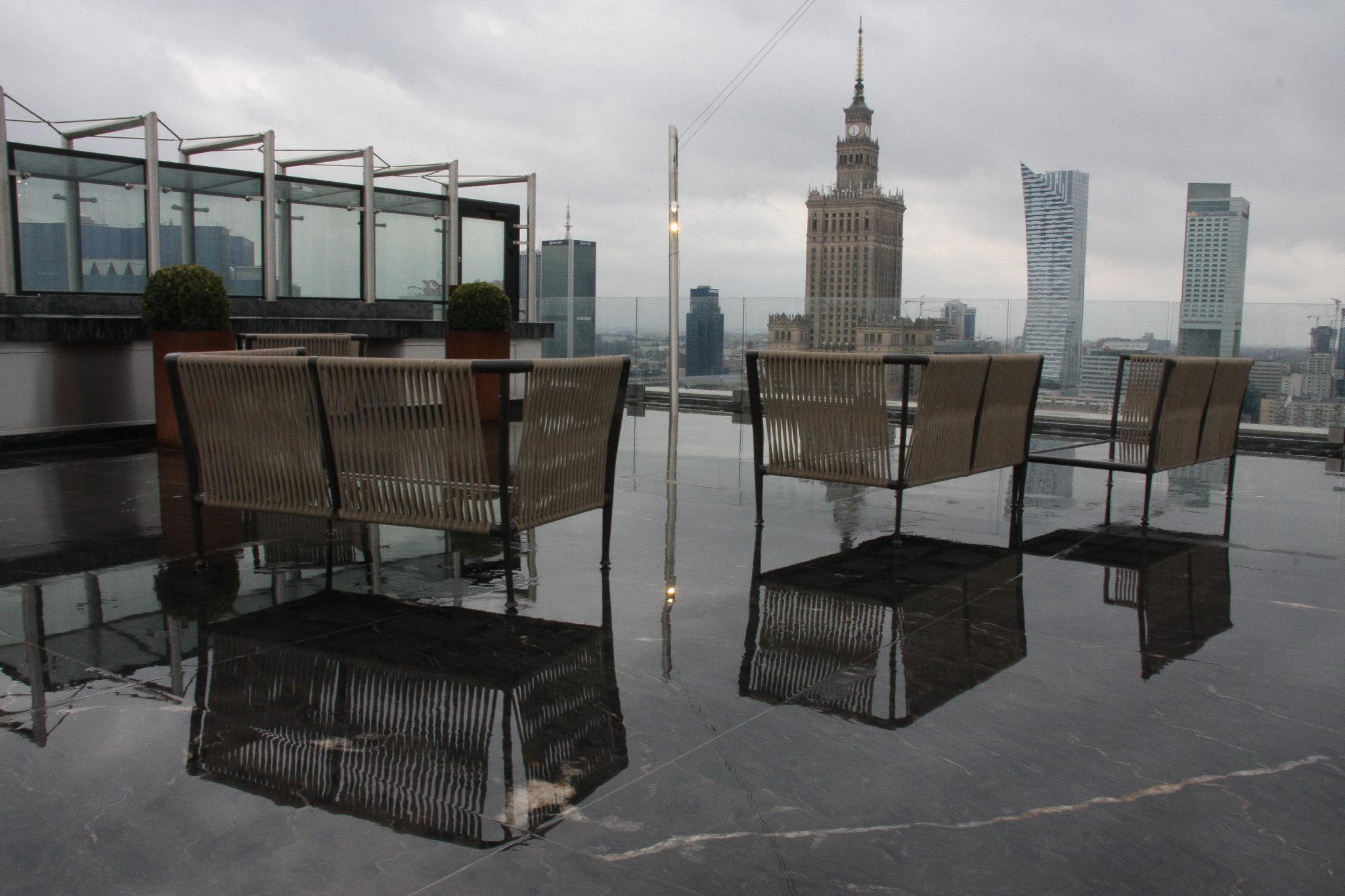 Widok na Pałac Kultury i krzesła stojące na tarasie na dachu
