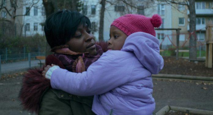 Czarnoskóra kobieta z dzieckiem na ręku