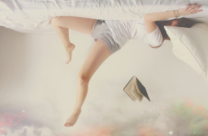kobieta do góry nogami i książka