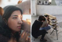 Zdjęcie dziewczyny przy drewnianych belkach