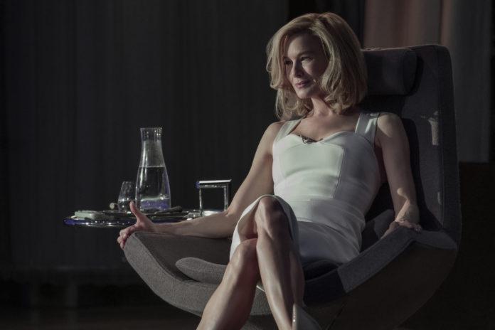 Kobieta w białej sukience siedząca na fotelu