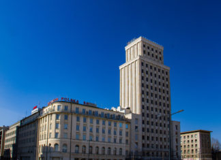 Wysoki budynek na tle błękitnego nieba