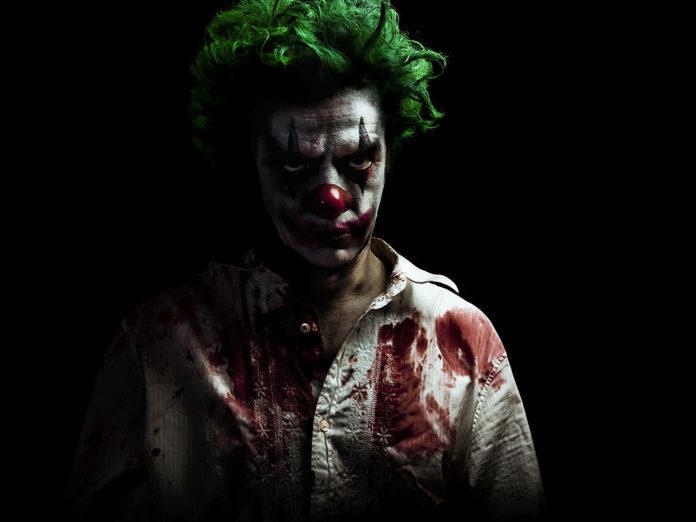 mroczny klaun w zielonych włosach